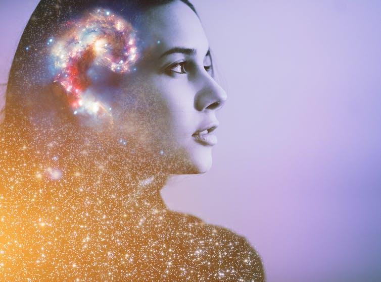 Portrait d'une femme avec le dessin d'une galaxie au-dessus de son cerveau