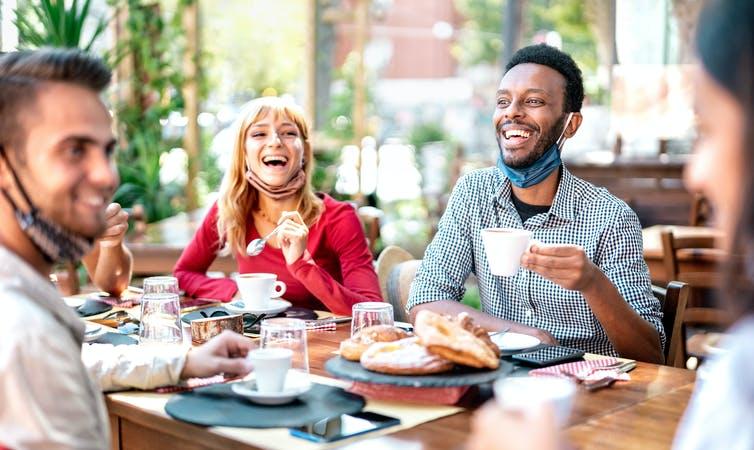 Jeunes gens socialisant en terrasse